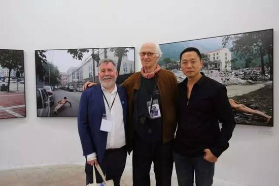 与美国休斯顿摄影节主席雷德里克•鲍德温和执行总监史蒂文•埃文斯在展览现场