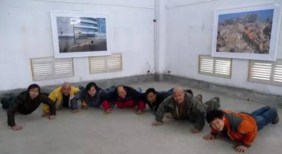 策展人那日松、摄影家杨延康等在第四届连州展《景·观》区志航个展齐做俯卧撑