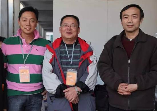 与第五届连州展总策展人陈卫星(中)和学术委员会主席鲍昆在连州展