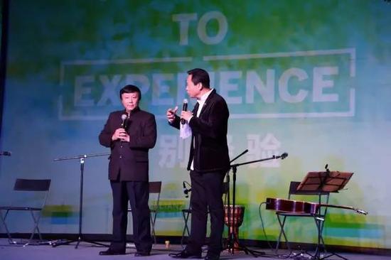 在第九届连州展颁奖典礼上与著名文化学者朱大可对话