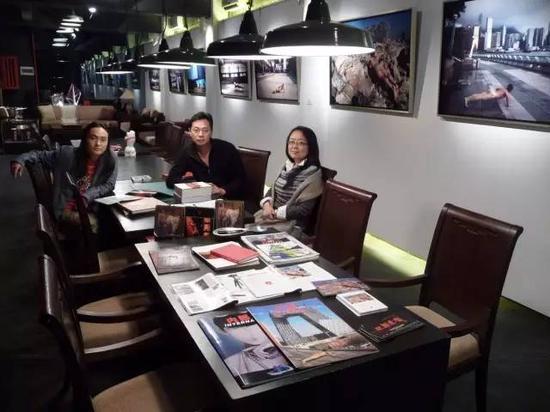 2008年12月,连州展艺术总监段煜婷和当代艺术家舒勇在区志航工作室