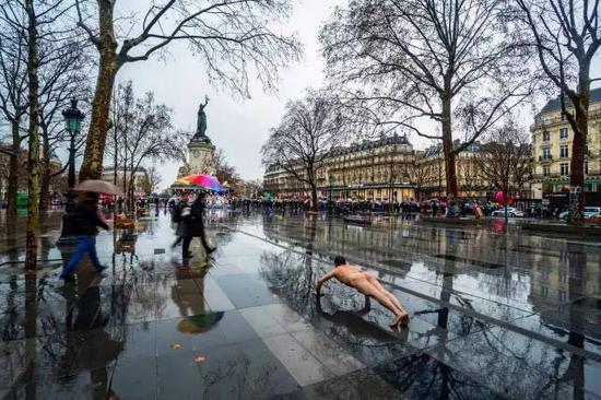《那一刻》2016年1月30日法国巴黎共和国广场 反对延长紧急状态游行