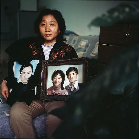 《非典后遗症》2003年,非典在北京爆发的时候,很多人家里一下摆了3、4个人的遗像。
