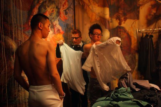 """2010年,两位""""彩虹先生""""在更衣室换装,准备上台。在京举行的首届中国彩虹先生大赛在临开赛前半小时突然取消。这是世界同志先生大赛的中国选拔赛,首次在中国大陆举行。"""