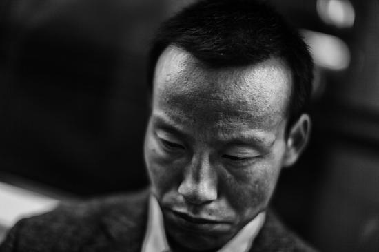 2009年,北京地铁早高峰异常拥挤,一男子在长时间等待后,终于坐上了座位。
