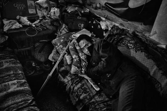"""""""如果强拆的人冲进来,手里有剑,我才安心!""""2010年,一男子躺在沙发上午休。他的身旁,放着一把已经开刃的""""宝剑""""。山西太原某小区,因赔偿款数额的问题,该男子在断水断电的房间内""""坚持抵抗""""。"""