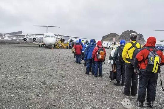 乘坐BAE-146,飞往南设德兰群岛最大的乔治王岛,开启南极巡游之旅。