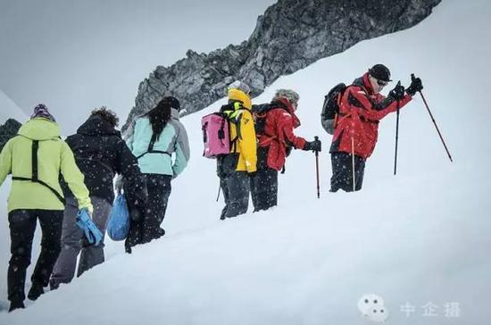 在南极天气瞬息万变,取消登陆或改变航程实属正常,但6天深度巡游,绝不轻易留下遗憾。每日2次登陆机会,登陆次数与几率远超4-5天巡游的普通行程,绝不错过野生动物种类繁多、冰川景观最壮丽的登陆点。