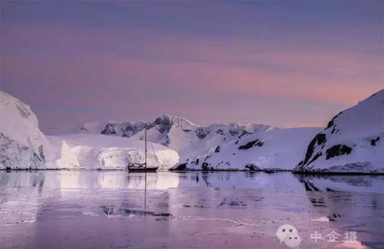 这是南极旅行的最佳时间,日落后便又是日出,太阳涂抹天空、雪山和冰川的色彩。也融化着更高纬度的冰川,这样船只才能破冰而向南,穿越极圈。