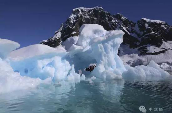 在南极洲放眼望去,映入眼帘的并不是纯白,而是令人心旷神怡的蓝。海洋、天空、冰川,构成了这个梦幻的蓝色王国。