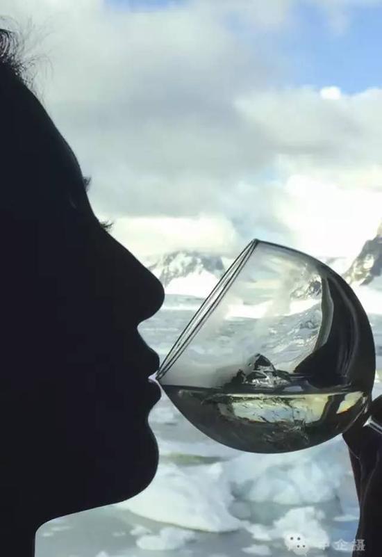 冲锋艇游走在满是碎冰的海面,两旁壮丽的古冰川和峡湾夹道迎送,驶过悬壁、雪原,捞起透明的万年黑冰,兑一杯Whisky,用百万年光阴下酒。