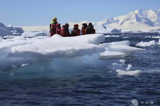 大小冰山千姿百态,洁净的冰面像龟背一样裂成美丽的纹理,却并不破裂,冰面像镜面一样光滑透明,可照人影。