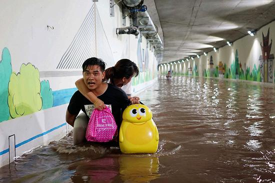 摄于天津市海河东路。