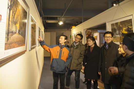 观众欣赏展览作品