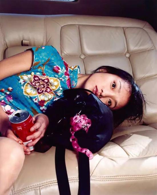 周迅,在一辆加长礼车里,2002年11月,上海  © Bettina Rheims