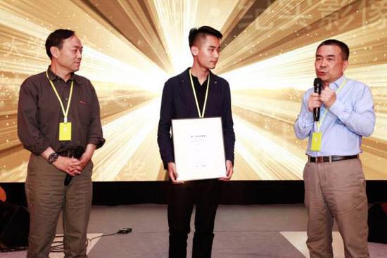 """""""映·纪实影像奖""""最高大奖获得者杨文彬(中)与颁奖嘉宾鲍昆(左)和闻丹青(右)"""