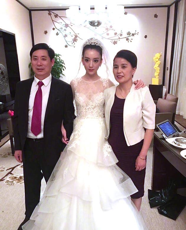 方媛身穿婚纱