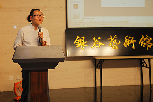 协会媒介宣传部主任张凤春介绍图片漂流情况