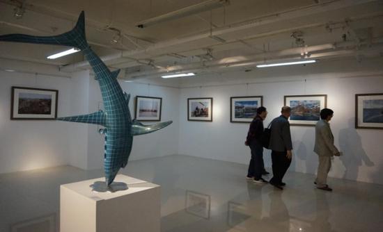 图为一号展馆雕塑展示