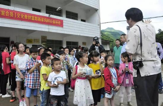 张望老师带领孩子们去采风了
