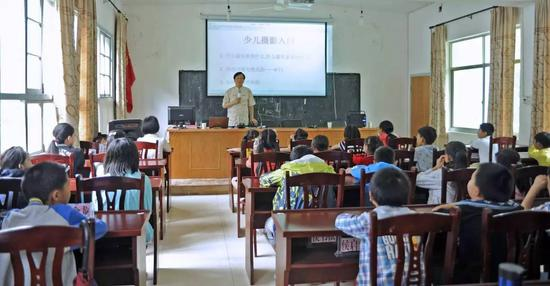 张望老师亲自为孩子们上摄影入门启蒙课