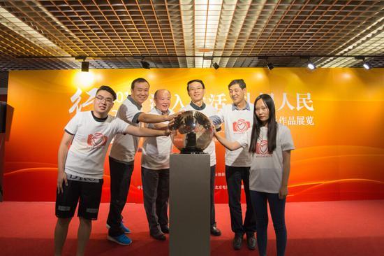 北京电影学院和中摄协领导与学生代表一同启动影展