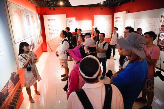 木兰秋狝博物馆的工作人员为大家讲解围场的历史