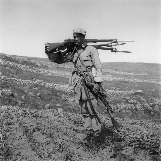 百团大战中,二团一连连长李永生在涞源三甲村战斗中,一人缴获敌人轻机枪1挺,三八式步枪3支。1940年 杨国治 摄影