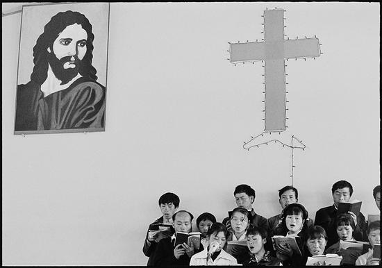 基督教教会将赞美诗译成苗语,配上苗族民歌的曲调,创造了大量民族宗教歌曲——赞美诗。