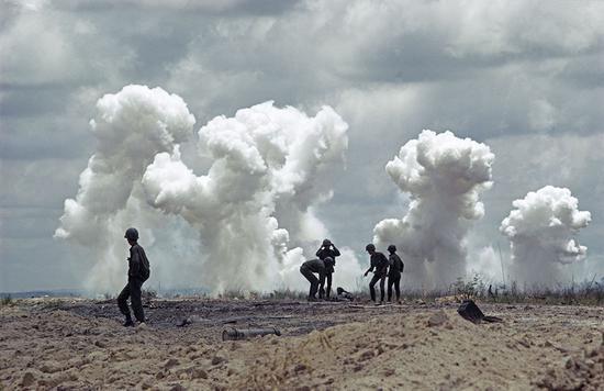 1972年,在美军轰炸之后,越南