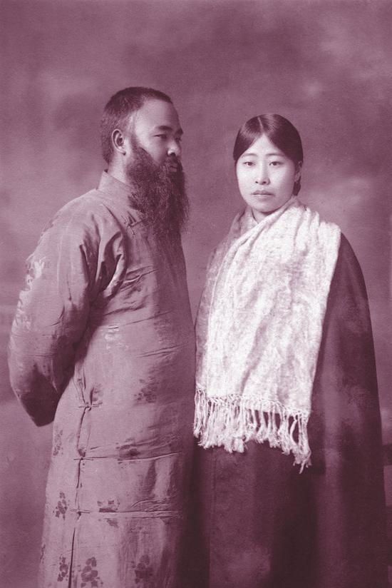 张大千的异国情缘     1927年,张大千与韩国少女池春红的合影。     原载《老照片》第49辑