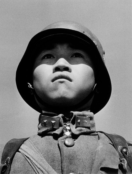 1938年3月尾,中国,汉口。一名中国少年士兵。© Robert Capa / International Center of Photograhy / Magnum Photos