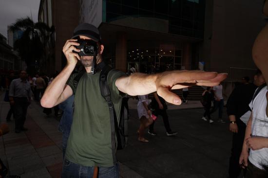 斯图尔特在街头指导工作坊成员的实战拍摄