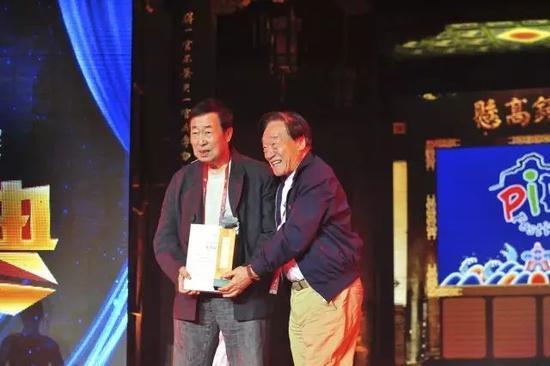 中国摄影家协会顾问、中国艺术摄影学会执行主席朱宪民颁发平遥国际摄影大展终身成就奖