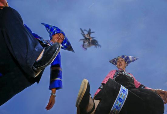 《踢键布依女》董天光 布依族 摄于贵州省紫云自治县坝羊乡洛河村