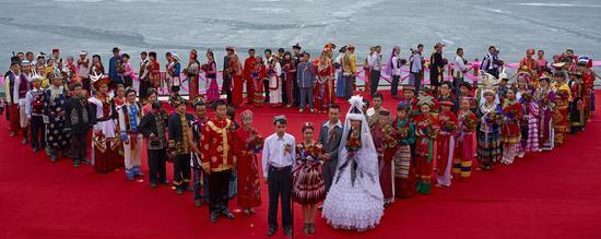 《五十六个民族一家亲》赵磊 摄于新疆天池