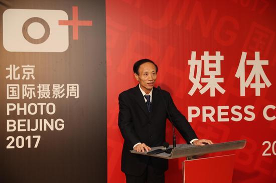 中国图片集团董事长邓久翔回答记者提问
