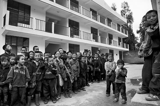 2006年9月 四川省凉山州昭觉县库依乡中心学校 孩子们盼望早一天在新建成的学校上课。