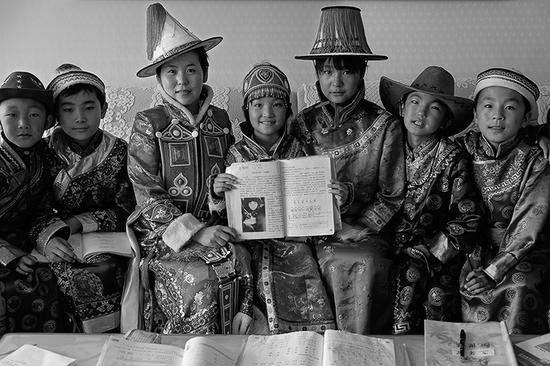 """2014年10月 甘肃省玉门市 裕固族的孩子们与教材中希望工程""""大眼睛""""合影"""