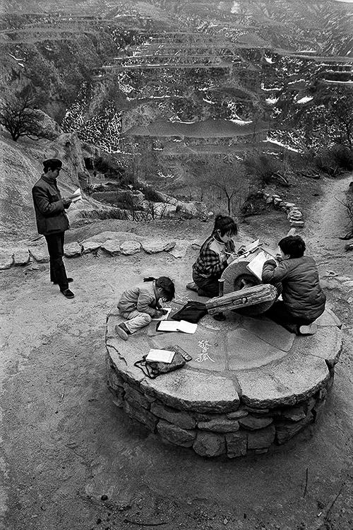 """1992年3月,山西省静乐县神峪沟乡南岩头村,""""磨盘小学""""的全校师生。"""