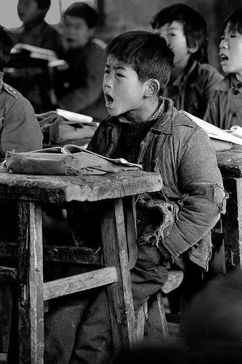 1991年4月,河南省新县八里畈乡王里河小学,孩子们生活艰苦,读书却很认真。