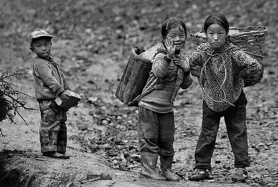 2007年9月,四川省凉山州昭觉县库依乡,山里的孩子,吃苦是家常便饭。