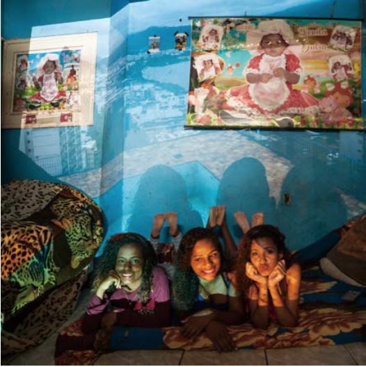 女孩们狄安娜,阿加塔和茱莉亚,坎塔加洛贫民窟, 伊帕内马街道,里约热内卢,巴西