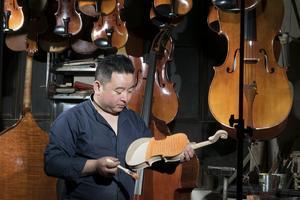 农村小伙初中毕业 北漂开工厂造提琴