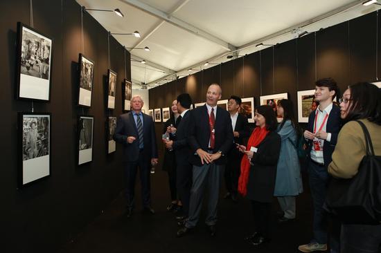 北京国际摄影周国际合作签约仪式与会领导嘉宾参观展览