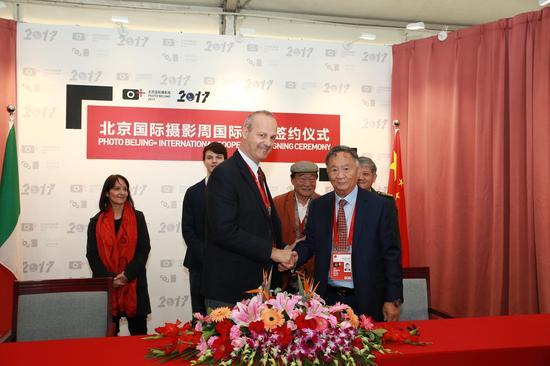 北京国际摄影周组委会执行主席杨元惺与欧洲摄影节发起人克劳迪奥·阿尔让蒂埃签约