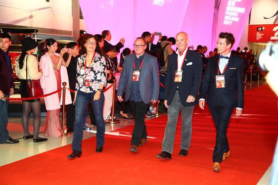 (从左到右)爱尔兰摄影美术馆馆长坦娅·玛利亚·康,英国F摄影艺术馆馆长大卫·罗伯特·德拉克,欧洲艺术影像协会执行会长让·图可,欧洲艺术影像协会代表皮埃尔·吉约姆·圣詹尼斯