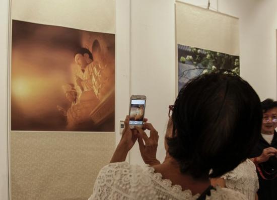 泰国民众用手机记录自己喜爱的作品