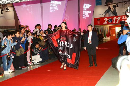 李舸,中国摄影家协会主席、《人民日报》摄影部主任、中国新闻摄影学会 常务副秘书长、全国青年摄影艺术大展学术委员。