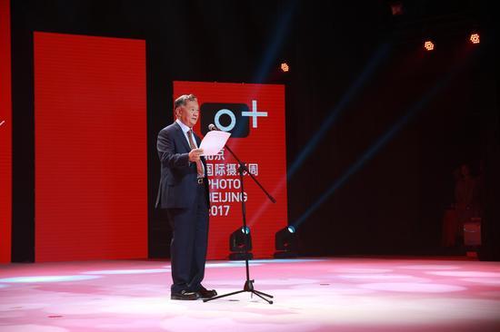 北京国际摄影周组委会执行主席、中国艺术摄影学会主席杨元惺宣布北京国际摄影周2017开幕